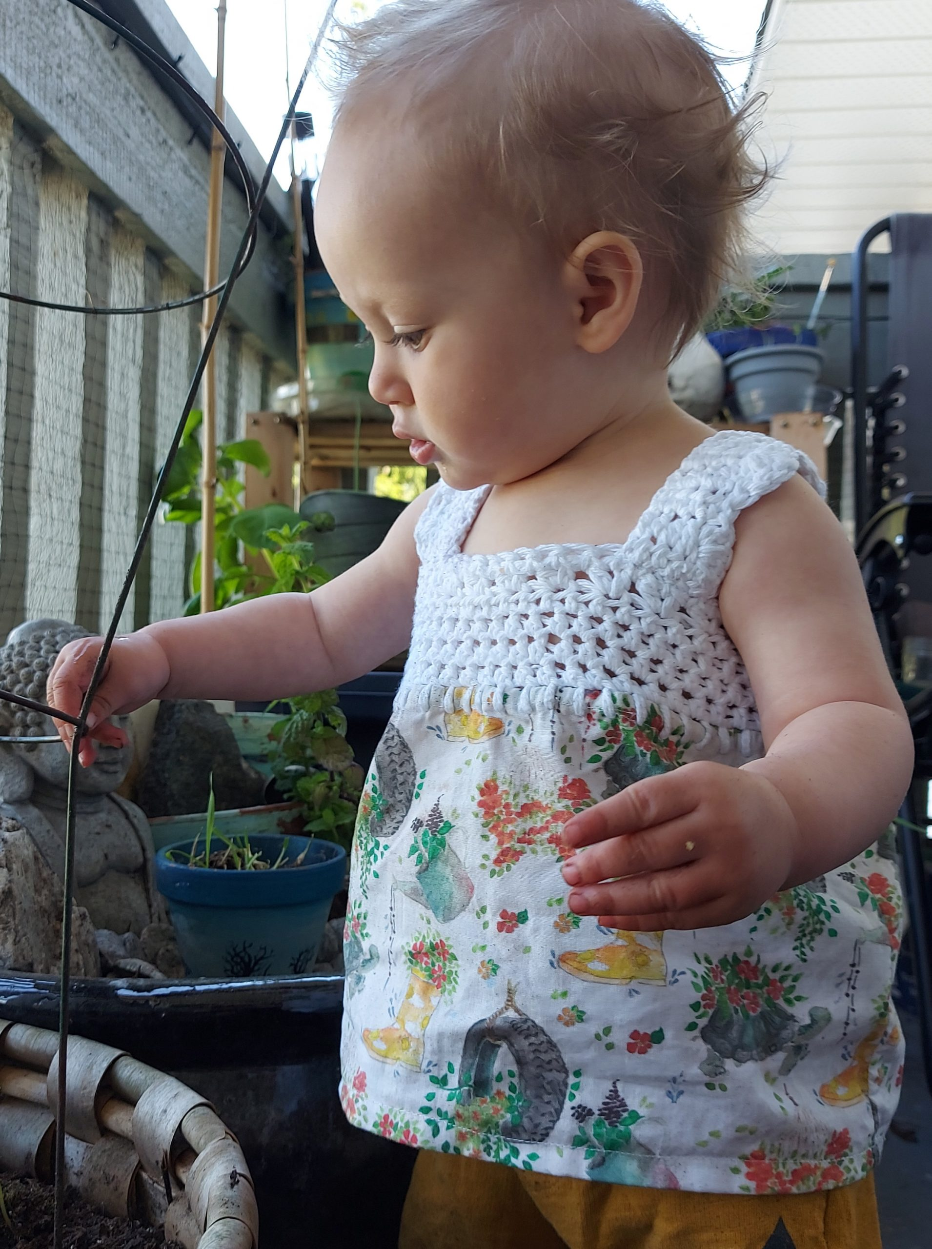 Super cute crochet and fabric baby tank-top free pattern